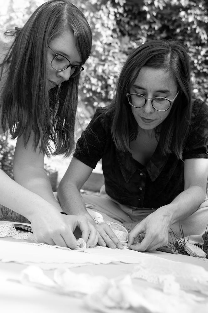Die beiden Kostümbildner:innen Linda und Lena besprechen Stoffproben