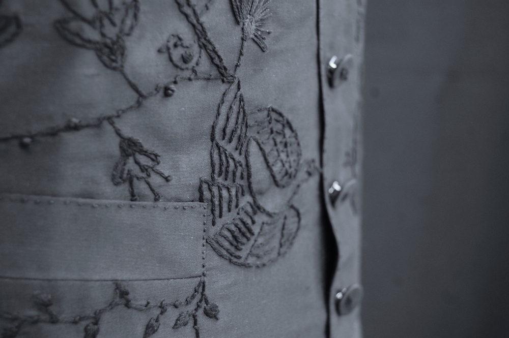 Detailaufnahme einer historischen Weste der 1830er Mode, handbestickt mit Blumen und Vögeln