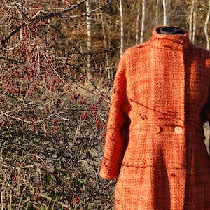 """Handgemachter Mantel im Stil der 1960er, als Vorlage galt ein Mantel von Audrey Hepburn im Film """"Breakfast at Tiffany's"""""""