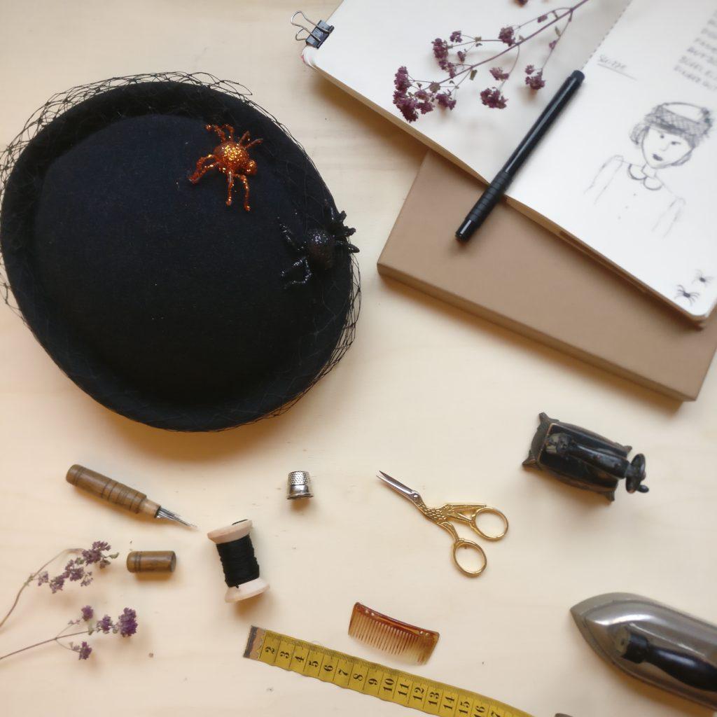 Hutmacher Werkzeug und Notizbuch, Maßband, Fadenschere, Garn