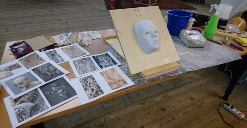 Maskenanfertigung: Moodboard und Materialtests im Atelier einer Kostümbildnerin