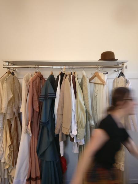 Behind the Scenes: Eine Kostümbildnerin flitzt schnell nochmal los um ein bestimmtes Kostüm zu holen