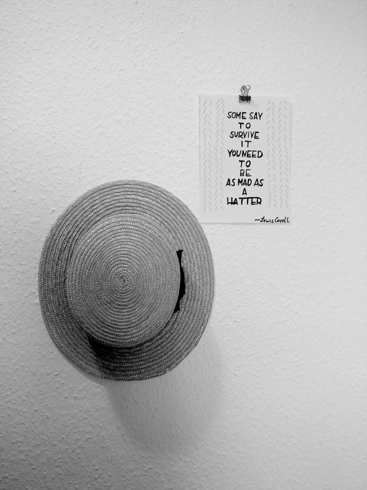Strohhut Kreissäge mit Handlettering Zitat aus Alice im Wunderland
