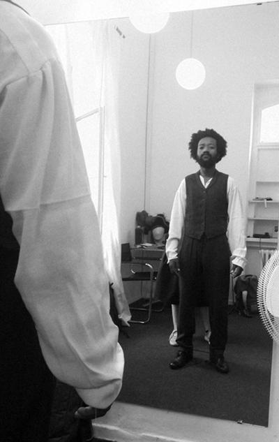 Anprobe eines historischen Kostüms von 1880 in der Kostümabteilung mit Kostümbildner und Gewandmeister