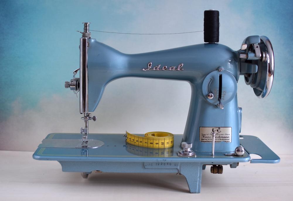 Die wichtigsten Nähutensilien – Vintage Nähmaschine von Ideal