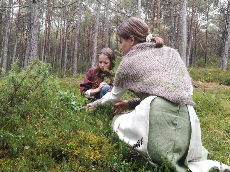 zwei Schwestern im Wald